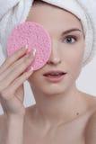 Portrait avec du charme de beauté de jeune femme aux yeux bleus avec le maquillage naturel Image stock