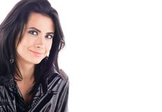 Portrait avec l'espace libre Jeune belle femme dans un manteau brillant noir Photographie stock