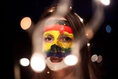 Portrait avec un art de visage sur une jeune fille la nuit avec le bokeh Photos stock