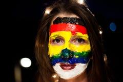 Portrait avec un art de visage sur une jeune fille la nuit avec le bokeh, Belgrade Serbie Photos stock