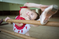 Portrait of a ballerina that makes stretching the legs near the Royalty Free Stock Photos