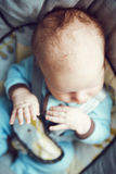 Portrait bébé garçon de sommeil de Caucasien blanc adorable mignon du petit nouveau-né dans des vêtements bleus se reposant dans  Image libre de droits