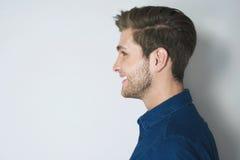 Portrait beau de profil de jeune homme souri image libre de droits