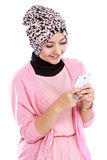 Portrait of beautiful muslim woman texting with her smartphone Royalty Free Stock Photos