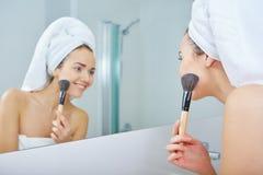 Portrait of beautiful woman applying eyeshadow Royalty Free Stock Photos