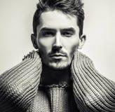portrait blanc noir de studio de jeune homme bel dans le chandail tricoté Photo en gros plan photographie stock