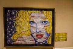 Portrait blond américain fait d'annonces d'imprimé publicitaire et feuilles d'impôt par Sandy Schimmel photos stock