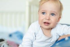 Portrait blond caucasien mignon de gar?on d'enfant en bas ?ge pleurant ? la maison pendant la crise de nerfs Peu sentiment d'enfa images stock