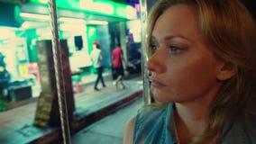 Portrait blond de belle jeune femme fatiguée à l'intérieur d'un tuk de tuk sur une rue de nuit Concept de tourisme clips vidéos