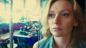 Portrait blond de belle jeune femme fatiguée à l'intérieur d'un tuk de tuk sur une rue de nuit Concept de tourisme banque de vidéos