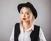 Portrait blond de femme dans le chapeau noir Le rouge à lèvres rouge composent Image stock