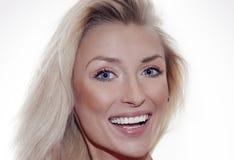 Portrait blond de sourire de femme. Photographie stock