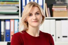 Portrait blond normal de femme au bureau photos stock