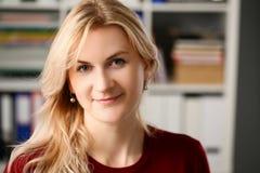 Portrait blond normal de femme au bureau images libres de droits