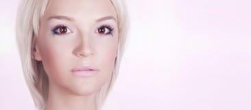 Portrait blond sensible de plan rapproché. Images stock