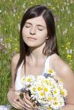 Portrait Blumen einer der schönen Mädchenholding Stockbild