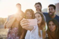 Portrait brouillé du groupe d'amis faisant des visages au selfie Photographie stock libre de droits