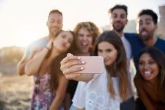 Portrait brouillé du groupe d'amis prenant le selfie sur la plage Image stock