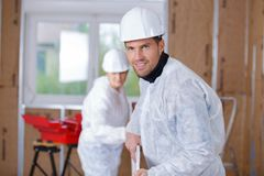 Portrait builders carrying plasterboard Royalty Free Stock Photography