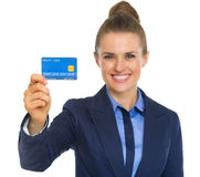 Portrait of business woman showing credit card Royalty Free Stock Images