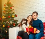 Portrait carré de Noël de jeunes couples dans l'amour Photos libres de droits