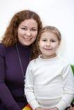 Portrait caucasien de fille de mère et d'école maternelle Image stock