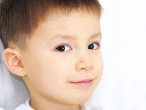 Portrait caucasien de garçon souriant, vision périphérique images libres de droits