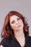 Portrait caucasien dirigé rouge attrayant de femme concerné Image libre de droits