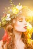 Portrait chaud de fille de beauté avec la guirlande image libre de droits