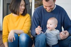 Portrait chinois et caucasien de jeune métis de famille photographie stock libre de droits
