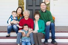 Portrait chinois et caucasien sur plusieurs générations de famille Photo libre de droits