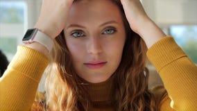Portrait Close Up Happy Joy Jolie Jeune Femme dans la belle journée ensoleillée, Une Fille assise dans un café banque de vidéos