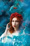 Portrait coloré d'automne de beau modèle avec des baies de sorbe Photo libre de droits