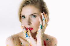 Portrait coloré de femme avec des mains près de la tête images libres de droits