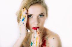 Portrait coloré de femme avec des mains près de la tête photo libre de droits
