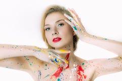 Portrait coloré de femme avec des mains près de la tête photographie stock libre de droits