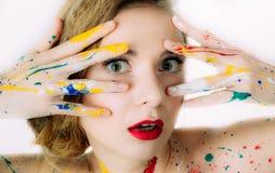 Portrait coloré de femme avec des mains près de la tête photographie stock