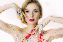 Portrait coloré de femme avec des mains près de la tête avec les lèvres rouges, photos libres de droits
