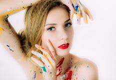 Portrait coloré de femme avec des mains près des yeux en peinture photo libre de droits