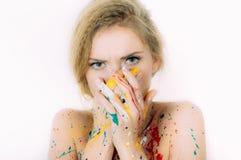 Portrait coloré de femme en peinture avec des mains fermant la bouche photos libres de droits