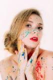 Portrait coloré de femme en peinture avec les lèvres rouges photos stock
