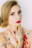 Portrait coloré de femme en peinture avec les lèvres rouges images libres de droits