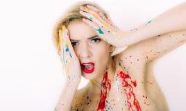 Portrait coloré de femme en peinture avec les lèvres rouges avec le regret fa images libres de droits