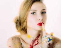 Portrait coloré de jeune belle femme en peinture image libre de droits