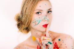 Portrait coloré de jeune belle femme en peinture photo stock