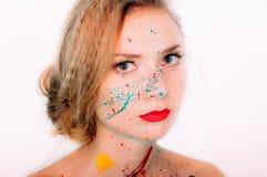 Portrait coloré de jeune femme en peinture avec les lèvres rouges image stock
