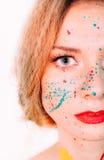 Portrait coloré de jeune femme en peinture avec les lèvres rouges photographie stock