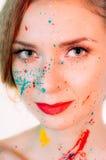 Portrait coloré de jeune femme en peinture avec les lèvres rouges images stock