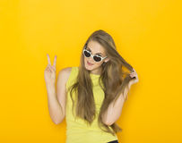 Portrait coloré des lunettes de soleil de port de jeune femme attirante Concept de beauté d'été Photo libre de droits