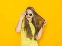 Portrait coloré des lunettes de soleil de port de jeune femme attirante Concept de beauté d'été Photographie stock libre de droits